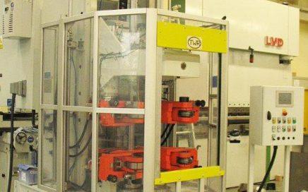 Vertikale Verschließmaschine für Katalysatorgehäuse - Gesamtansicht